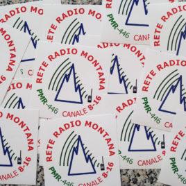 Adesivo ufficiale Rete Radio Montana – base bianco – Kit 50 pezzi