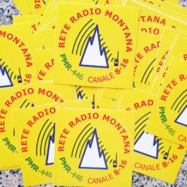 Adesivo ufficiale Rete Radio Montana – base giallo – Kit 50 pezzi
