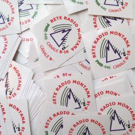 Adesivo ufficiale Rete Radio Montana – base bianco – Kit 15 pezzi da 4,5 cm
