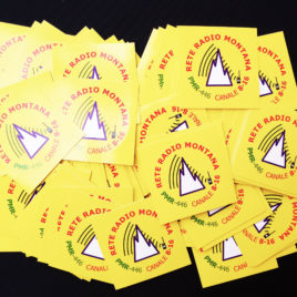 Adesivo ufficiale Rete Radio Montana – base giallo – Kit 15 pezzi da 4,5 cm